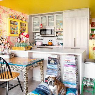 ニューヨークの中サイズのエクレクティックスタイルのおしゃれなキッチン (アンダーカウンターシンク、シェーカースタイル扉のキャビネット、淡色木目調キャビネット、大理石カウンター、パネルと同色の調理設備、淡色無垢フローリング、グレーの床、白いキッチンカウンター) の写真