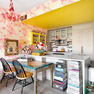 ニューヨークの中サイズのエクレクティックスタイルのおしゃれなキッチン (淡色木目調キャビネット、パネルと同色の調理設備、淡色無垢フローリング、グレーの床、白いキッチンカウンター、アンダーカウンターシンク、シェーカースタイル扉のキャビネット、大理石カウンター) の写真