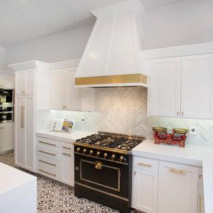 ロサンゼルスの中サイズのエクレクティックスタイルのおしゃれなキッチン (アンダーカウンターシンク、シェーカースタイル扉のキャビネット、白いキャビネット、クオーツストーンカウンター、グレーのキッチンパネル、ボーダータイルのキッチンパネル、黒い調理設備、セラミックタイルの床) の写真