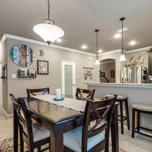 ダラスの中サイズのエクレクティックスタイルのおしゃれなキッチン (アンダーカウンターシンク、レイズドパネル扉のキャビネット、茶色いキャビネット、御影石カウンター、白いキッチンパネル、セラミックタイルのキッチンパネル、シルバーの調理設備の、セラミックタイルの床、グレーの床、グレーのキッチンカウンター) の写真