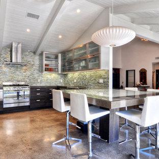 Ispirazione per una cucina minimalista con lavello stile country, top in quarzo composito, paraspruzzi blu, paraspruzzi con piastrelle di vetro, elettrodomestici in acciaio inossidabile, ante di vetro, ante marroni, pavimento in cemento e isola