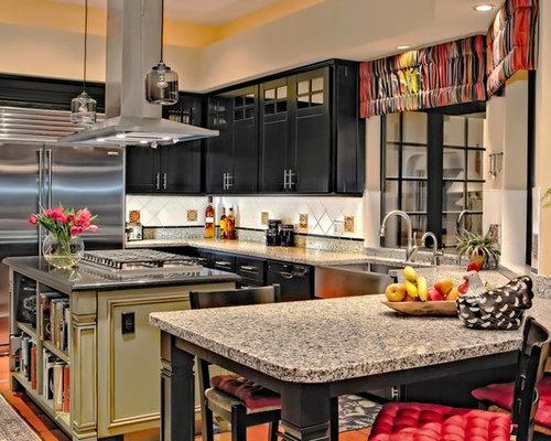 Cucina con ante nere e pavimento in terracotta foto e idee per