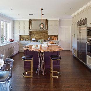 Geräumige Stilmix Wohnküche in U-Form mit Unterbauwaschbecken, Schrankfronten mit vertiefter Füllung, grauen Schränken, Quarzwerkstein-Arbeitsplatte, Küchenrückwand in Metallic, Rückwand aus Metallfliesen, Küchengeräten aus Edelstahl, dunklem Holzboden, Kücheninsel, braunem Boden und weißer Arbeitsplatte in New York