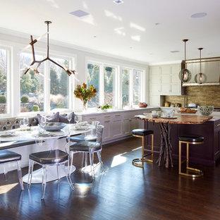 Inredning av ett eklektiskt mycket stort vit vitt kök, med en undermonterad diskho, luckor med infälld panel, grå skåp, bänkskiva i kvarts, stänkskydd med metallisk yta, stänkskydd i metallkakel, rostfria vitvaror, mörkt trägolv, en köksö och brunt golv