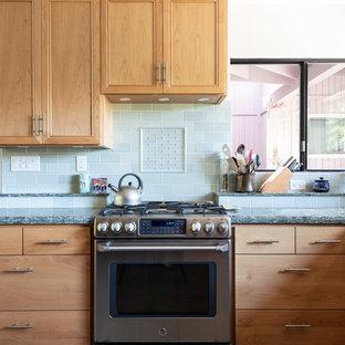 Mittelgroße Klassische Wohnküche in U-Form mit Einbauwaschbecken, Schrankfronten mit vertiefter Füllung, hellbraunen Holzschränken, Quarzwerkstein-Arbeitsplatte, Küchenrückwand in Grün, Rückwand aus Keramikfliesen, schwarzen Elektrogeräten, Keramikboden, Kücheninsel, grauem Boden und grüner Arbeitsplatte in San Luis Obispo