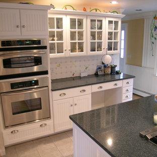Idéer för ett stort lantligt kök, med en undermonterad diskho, luckor med lamellpanel, vita skåp, granitbänkskiva, vitt stänkskydd, stänkskydd i porslinskakel, rostfria vitvaror, klinkergolv i keramik och en köksö