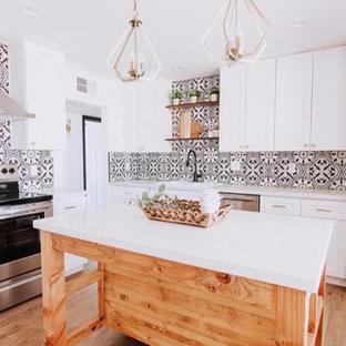 マイアミの中サイズのエクレクティックスタイルのおしゃれなキッチン (ドロップインシンク、シェーカースタイル扉のキャビネット、白いキャビネット、珪岩カウンター、マルチカラーのキッチンパネル、セメントタイルのキッチンパネル、シルバーの調理設備の、無垢フローリング、ベージュの床、白いキッチンカウンター) の写真