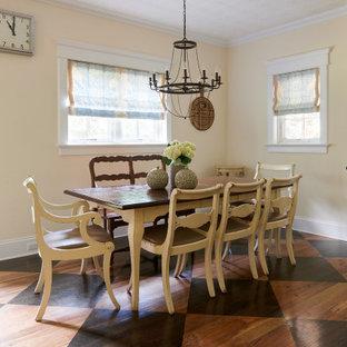 Foto på ett avskilt, stort vintage svart u-kök, med en rustik diskho, luckor med profilerade fronter, vita skåp, marmorbänkskiva, blått stänkskydd, stänkskydd i marmor, integrerade vitvaror, mellanmörkt trägolv, en köksö och svart golv