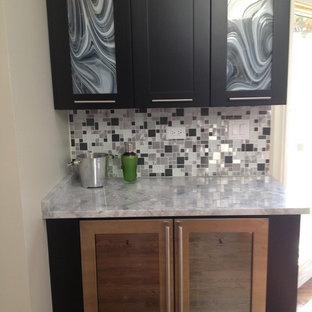 Esempio di una cucina abitabile contemporanea con paraspruzzi con piastrelle di metallo