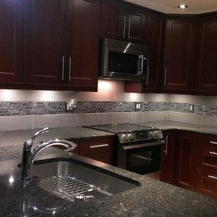 Moderne Wohnküche mit bunter Rückwand und Rückwand aus Metallfliesen in Toronto
