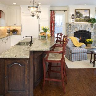 Diseño de cocina en L, rural, abierta, con fregadero integrado, armarios con paneles con relieve, puertas de armario blancas, salpicadero beige y electrodomésticos con paneles