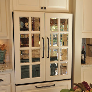 Traditional kitchen remodeling - Example of a classic kitchen design in Minneapolis
