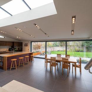 Große Moderne Küche mit flächenbündigen Schrankfronten, lila Schränken, Marmor-Arbeitsplatte, Kücheninsel, grauem Boden und weißer Arbeitsplatte in Sonstige
