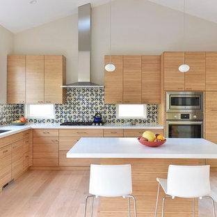 Große Moderne Wohnküche in L-Form mit Unterbauwaschbecken, flächenbündigen Schrankfronten, Küchengeräten aus Edelstahl, hellem Holzboden, Kücheninsel, hellbraunen Holzschränken, Quarzit-Arbeitsplatte, bunter Rückwand und Rückwand aus Keramikfliesen in San Francisco