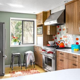 Новый формат декора квартиры: кухня в стиле ретро с плоскими фасадами, фасадами цвета дерева среднего тона, разноцветным фартуком, техникой из нержавеющей стали, светлым паркетным полом, полуостровом, бежевым полом и белой столешницей