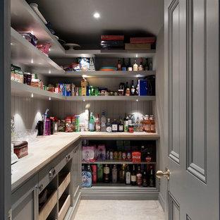 Imagen de cocina comedor clásica renovada con armarios con rebordes decorativos, encimera de mármol, salpicadero con efecto espejo, electrodomésticos de acero inoxidable, suelo de madera clara, una isla y encimeras blancas
