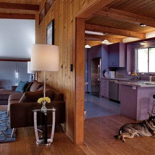 Idéer för ett mellanstort modernt lila kök, med en undermonterad diskho, släta luckor, lila skåp, bänkskiva i kvarts, flerfärgad stänkskydd, stänkskydd i glaskakel, rostfria vitvaror, en halv köksö och grått golv