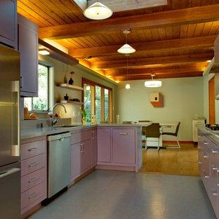 Bild på ett mellanstort funkis lila lila kök, med en undermonterad diskho, släta luckor, lila skåp, bänkskiva i kvarts, flerfärgad stänkskydd, stänkskydd i glaskakel, rostfria vitvaror, en halv köksö och grått golv