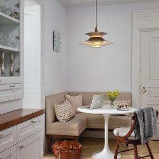 Klassische Wohnküche mit Schrankfronten mit vertiefter Füllung und weißen Schränken in New York