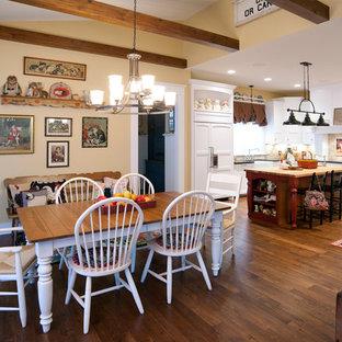 Idées déco pour une cuisine ouverte montagne en U avec un évier de ferme, un placard à porte shaker, des portes de placard blanches, une crédence beige et un électroménager encastrable.