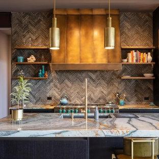 Inspiration för stora moderna grått kök, med en undermonterad diskho, släta luckor, svarta skåp, granitbänkskiva, grått stänkskydd, stänkskydd i keramik, svarta vitvaror, klinkergolv i keramik, flera köksöar och beiget golv