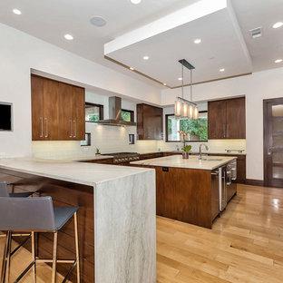 ダラスの広いコンテンポラリースタイルのおしゃれなキッチン (ドロップインシンク、フラットパネル扉のキャビネット、茶色いキャビネット、珪岩カウンター、青いキッチンパネル、セラミックタイルのキッチンパネル、シルバーの調理設備、淡色無垢フローリング、茶色い床、グレーのキッチンカウンター) の写真