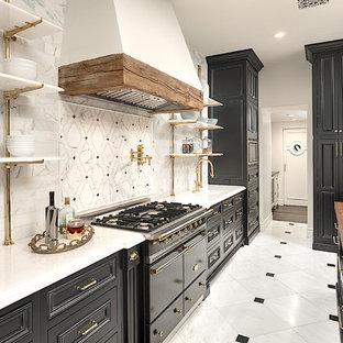 フェニックスの巨大なカントリー風おしゃれなキッチン (落し込みパネル扉のキャビネット、黒いキャビネット、アンダーカウンターシンク、大理石カウンター、マルチカラーのキッチンパネル、大理石の床、黒い調理設備、大理石の床、マルチカラーの床、白いキッチンカウンター) の写真