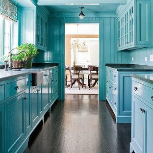 ボストンのトラディショナルスタイルのおしゃれなキッチン (エプロンフロントシンク、落し込みパネル扉のキャビネット、青いキャビネット、青いキッチンパネル、濃色無垢フローリング) の写真