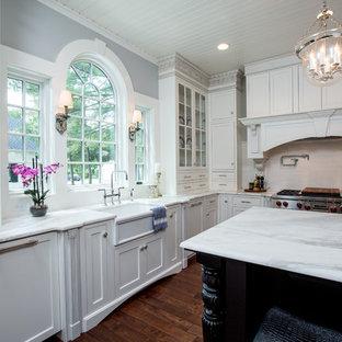 シンシナティの大きいヴィクトリアン調のおしゃれなキッチン (白いキャビネット、サブウェイタイルのキッチンパネル、無垢フローリング、アンダーカウンターシンク、ガラス扉のキャビネット、大理石カウンター、白いキッチンパネル、シルバーの調理設備の) の写真