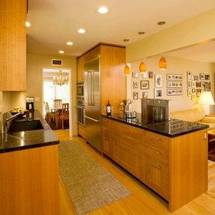 Zweizeilige, Mittelgroße Klassische Wohnküche mit Unterbauwaschbecken, Schrankfronten im Shaker-Stil, hellen Holzschränken, Granit-Arbeitsplatte, Küchenrückwand in Beige, Glasrückwand, Küchengeräten aus Edelstahl, hellem Holzboden und Halbinsel in San Diego
