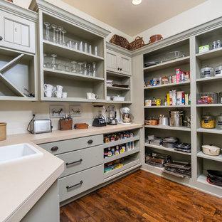 Exempel på ett mellanstort kök, med en nedsänkt diskho, grå skåp, mellanmörkt trägolv, öppna hyllor, bänkskiva i koppar, vitt stänkskydd och stänkskydd i tunnelbanekakel