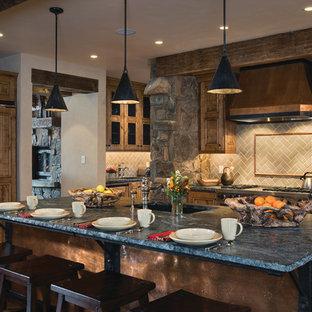 Ejemplo de cocina rústica con encimera de esteatita, electrodomésticos con paneles, salpicadero gris y salpicadero de azulejos tipo metro
