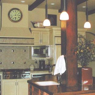 他の地域の中サイズの地中海スタイルのおしゃれなキッチン (シングルシンク、インセット扉のキャビネット、ヴィンテージ仕上げキャビネット、タイルカウンター、マルチカラーのキッチンパネル、セラミックタイルのキッチンパネル、シルバーの調理設備の、セラミックタイルの床) の写真