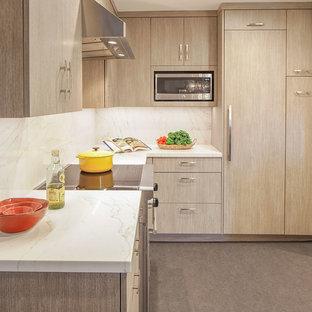 サンフランシスコの小さいコンテンポラリースタイルのおしゃれなキッチン (アンダーカウンターシンク、フラットパネル扉のキャビネット、茶色いキャビネット、クオーツストーンカウンター、白いキッチンパネル、石スラブのキッチンパネル、パネルと同色の調理設備、リノリウムの床、アイランドなし、グレーの床、白いキッチンカウンター) の写真