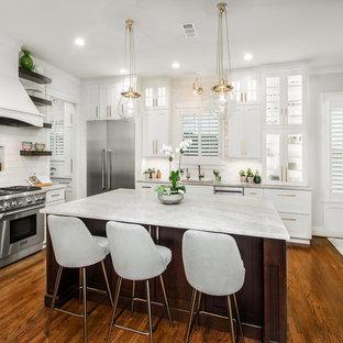 ダラスの広いトランジショナルスタイルのおしゃれなキッチン (ドロップインシンク、フラットパネル扉のキャビネット、白いキャビネット、珪岩カウンター、白いキッチンパネル、セラミックタイルのキッチンパネル、シルバーの調理設備、濃色無垢フローリング、茶色い床、グレーのキッチンカウンター) の写真