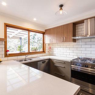Неиссякаемый источник вдохновения для домашнего уюта: п-образная кухня среднего размера в стиле ретро с обеденным столом, накладной раковиной, плоскими фасадами, серыми фасадами, столешницей из кварцевого агломерата, белым фартуком, фартуком из керамической плитки, техникой из нержавеющей стали, полом из сланца, полуостровом, серым полом и белой столешницей