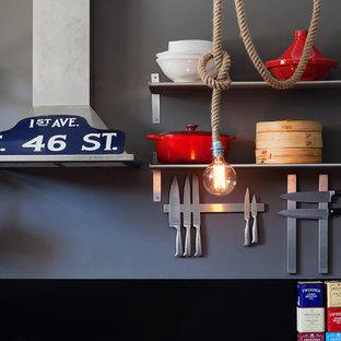 Kleine Industrial Wohnküche in U-Form mit Doppelwaschbecken, Kassettenfronten, schwarzen Schränken, Arbeitsplatte aus Holz, Küchenrückwand in Schwarz, Küchengeräten aus Edelstahl, Betonboden und Kücheninsel in Melbourne