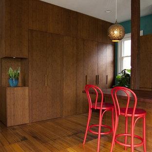 メルボルンの大きいコンテンポラリースタイルのおしゃれなキッチン (フラットパネル扉のキャビネット、濃色木目調キャビネット、アンダーカウンターシンク、木材カウンター、緑のキッチンパネル、セラミックタイルのキッチンパネル、シルバーの調理設備の、無垢フローリング) の写真