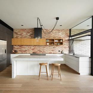メルボルンの大きいトランジショナルスタイルのおしゃれなキッチン (ダブルシンク、インセット扉のキャビネット、黒いキャビネット、大理石カウンター、レンガのキッチンパネル) の写真