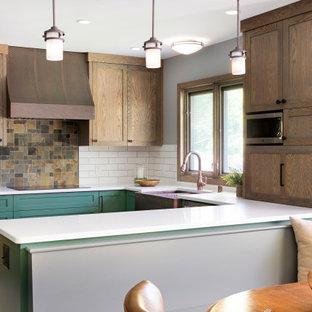 Bild på ett mellanstort vintage vit vitt kök, med en rustik diskho, skåp i shakerstil, gröna skåp, bänkskiva i kvarts, vitt stänkskydd, stänkskydd i porslinskakel, rostfria vitvaror, klinkergolv i keramik, en halv köksö och grått golv