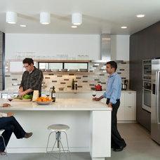 Modern Kitchen by Moderna Homes, Inc.