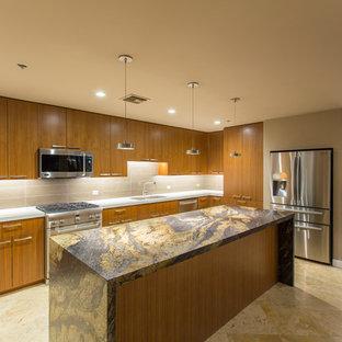 フェニックスの中サイズのトランジショナルスタイルのおしゃれなキッチン (アンダーカウンターシンク、フラットパネル扉のキャビネット、中間色木目調キャビネット、オニキスカウンター、ベージュキッチンパネル、磁器タイルのキッチンパネル、シルバーの調理設備、トラバーチンの床、ベージュの床) の写真
