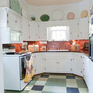 Inspiration för små klassiska u-kök, med grönt golv