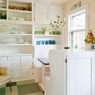 Cette photo montre une cuisine américaine romantique avec un placard sans porte, des portes de placard blanches et un sol vert.