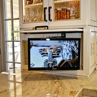 サンディエゴの中サイズのカントリー風おしゃれなキッチン (白いキャビネット、白いキッチンパネル、シルバーの調理設備の、トラバーチンの床、アンダーカウンターシンク、落し込みパネル扉のキャビネット、大理石カウンター、磁器タイルのキッチンパネル、ベージュの床) の写真