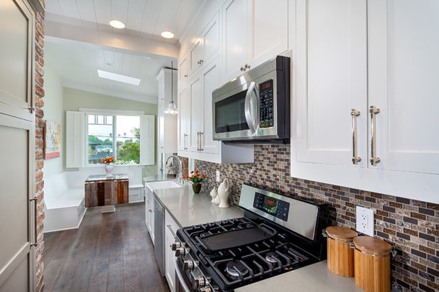 Contemporary Kitchen by Grayson Construction Inc.