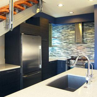 ロサンゼルスの小さいモダンスタイルのおしゃれなキッチン (アンダーカウンターシンク、フラットパネル扉のキャビネット、黒いキャビネット、クオーツストーンカウンター、マルチカラーのキッチンパネル、シルバーの調理設備の、セラミックタイルの床) の写真