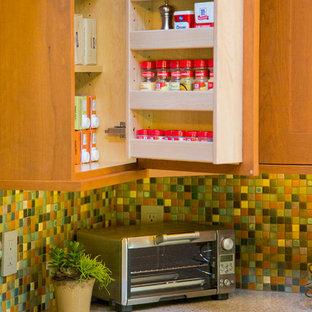 Klassisk inredning av ett mellanstort flerfärgad flerfärgat kök, med luckor med infälld panel, flerfärgad stänkskydd, en köksö, rostfria vitvaror, skåp i mellenmörkt trä, bänkskiva i terrazo och stänkskydd i mosaik