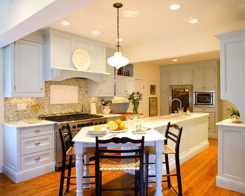 Merveilleux Example Of A Classic Medium Tone Wood Floor Kitchen Design In New York With  A Farmhouse