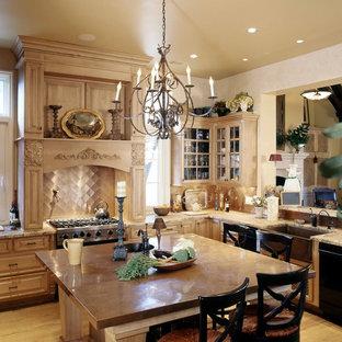 Свежая идея для дизайна: большая отдельная, угловая кухня в классическом стиле с столешницей из меди, раковиной в стиле кантри, фасадами с выступающей филенкой, светлыми деревянными фасадами, техникой из нержавеющей стали, фартуком цвета металлик, фартуком из металлической плитки, светлым паркетным полом и островом - отличное фото интерьера